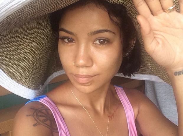 Jhene Aiko selfie